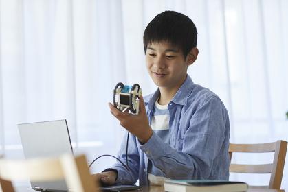 ロボットを見る10代の男の子