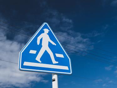 青空と横断歩道の標識