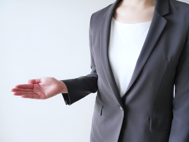 スーツで手を差し伸べる女性