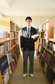 図書館の男子高校生