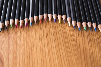 並んだ色鉛筆の背景素材