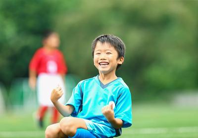 喜ぶサッカー少年