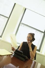 携帯電話で話す女性会社員