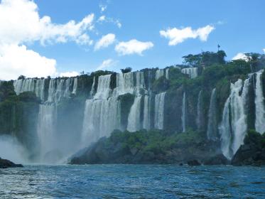アルゼンチン・ブラジル国境エリアのイグアスの滝にて大小無数の滝と森林と青空