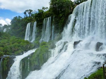 アルゼンチン・ブラジル国境エリアのイグアスの滝にて大小無数の滝と森林