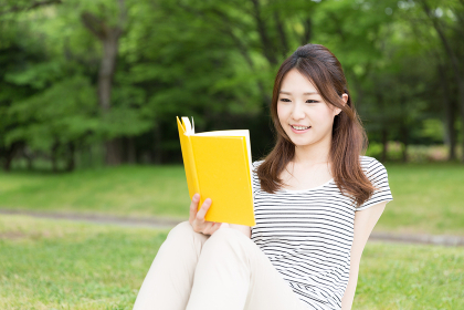 本を読む女性 屋外