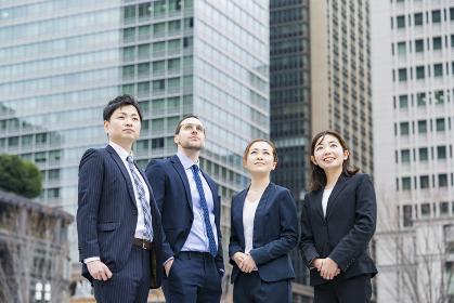 4人並ぶビジネスチーム