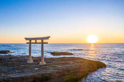大洗磯前神社 神磯の鳥居と日の出(茨城県大洗町)