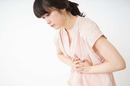 腹痛苦しむ若い女性客