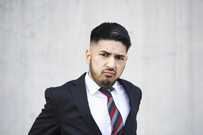不安な表情のビジネスマン