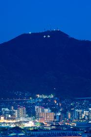 皿倉山に光る令和の文字と八幡の街並み