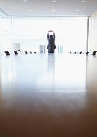 会議室にいるビジネスマン
