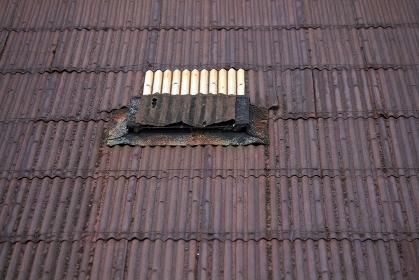 倉庫の錆びたトタン屋根と採光窓