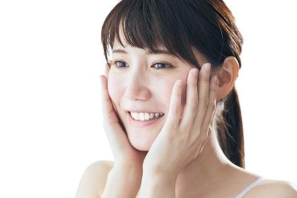 スキンケアをする日本人女性
