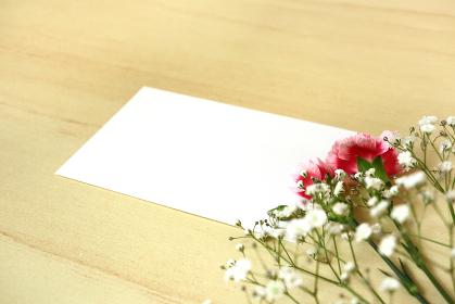カーネーションとカスミソウの花束とカード 6
