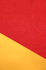 赤色のちりめんと金色の紙で作る背景 1 縦位置