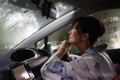 雨が降り悲しそうな浴衣の女性
