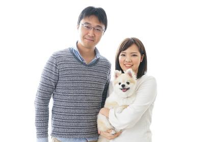 犬を抱く夫婦・カップル・ブリーダー・動物愛護