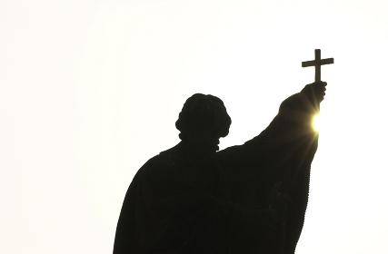 十字架をもつ像