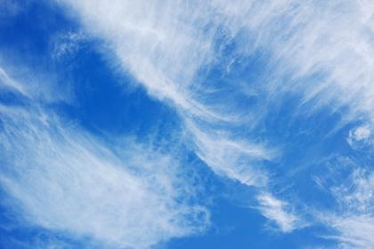 風が強い日の青空に浮かぶ上層雲