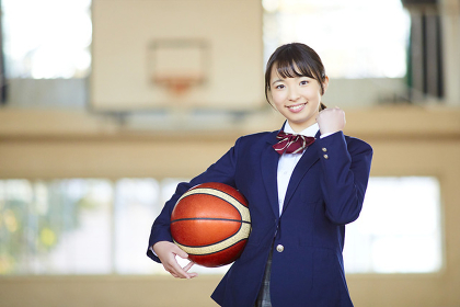 バスケットボールを持っている日本人女子高校生