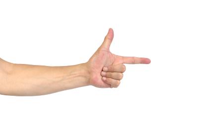 中年男性の手 指さしのポーズ
