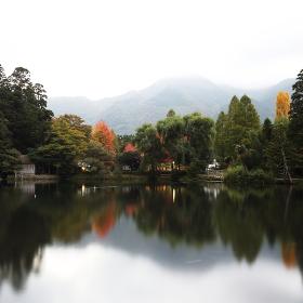 紅葉の始まった金鱗湖