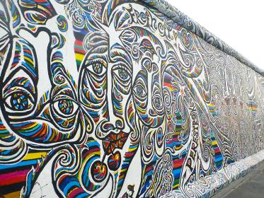 ドイツ・ベルリンの壁を保存し展示するイーストサイドギャラリーにて顔の壁画