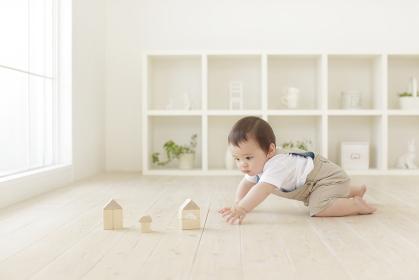 積み木をして遊ぶハーフの赤ちゃん