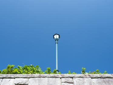 青空と塀の上の街灯