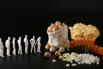 食糧危機と配給に並ぶ人々