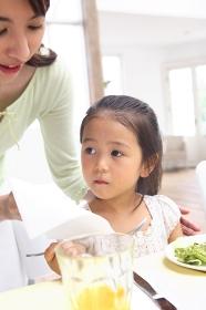 母子の食事風景