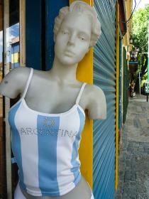 アルゼンチン国旗の洋服を着たマネキンとボカ地区カミニートの路地