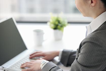 ノートパソコンを操作するビジネスウーマン