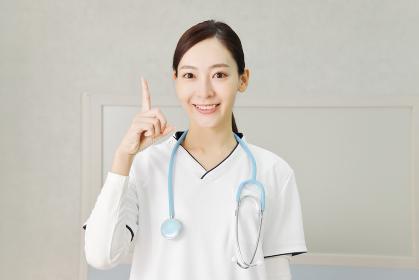指差しポーズの医療従事者