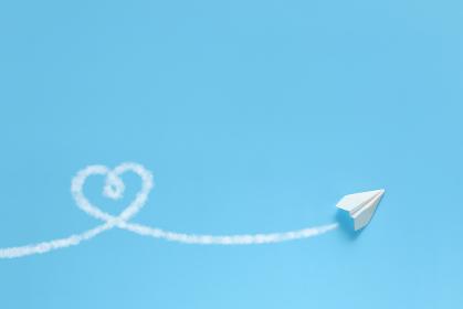 飛行機雲でハートを描く紙飛行機 5 1機