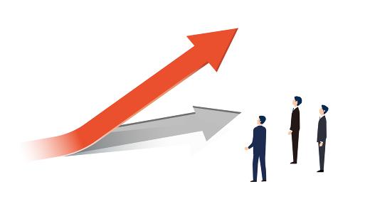 上昇する矢印を見上げるビジネスパーソン