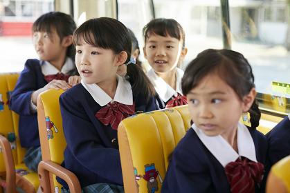 幼稚園バスに乗る幼稚園児