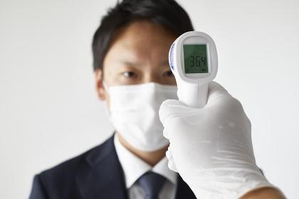 検温する日本人男性
