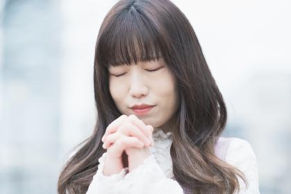 お祈りのポーズをする女性