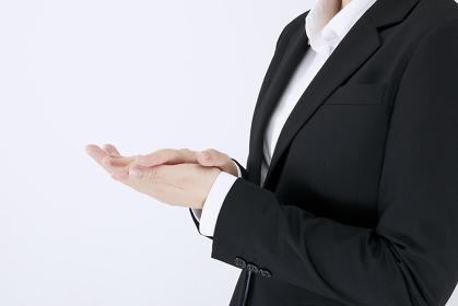 拍手する女性