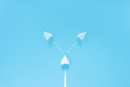 進路に迷う紙飛行機 2