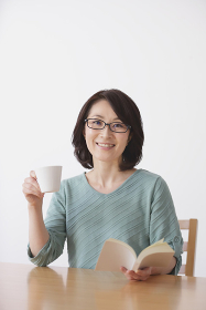 読書をする40代日本人女性