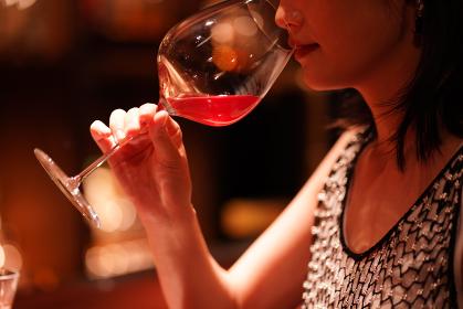 バーでお酒を飲む女性