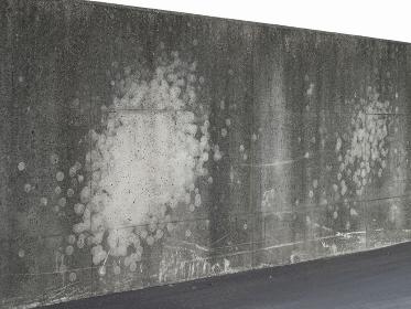 コンクリートの壁に付いた野球ボールの投げた跡