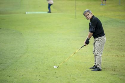 グランドゴルフを楽しむ男性