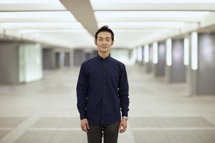 笑顔で立つ日本人男性のポートレート