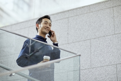 携帯電話で通話する日本人男性のポートレート