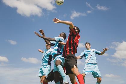 ヘディングをするサッカー選手