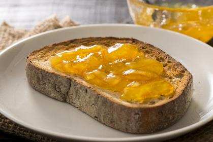 フレッシュなオレンジマーマレードとしっとりふわふわ玄米パン